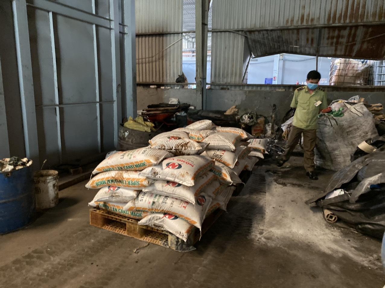 Long An tổ chức tiêu hủy 4.350 kg phân bón giả không có giá trị sử dụng, công dụng