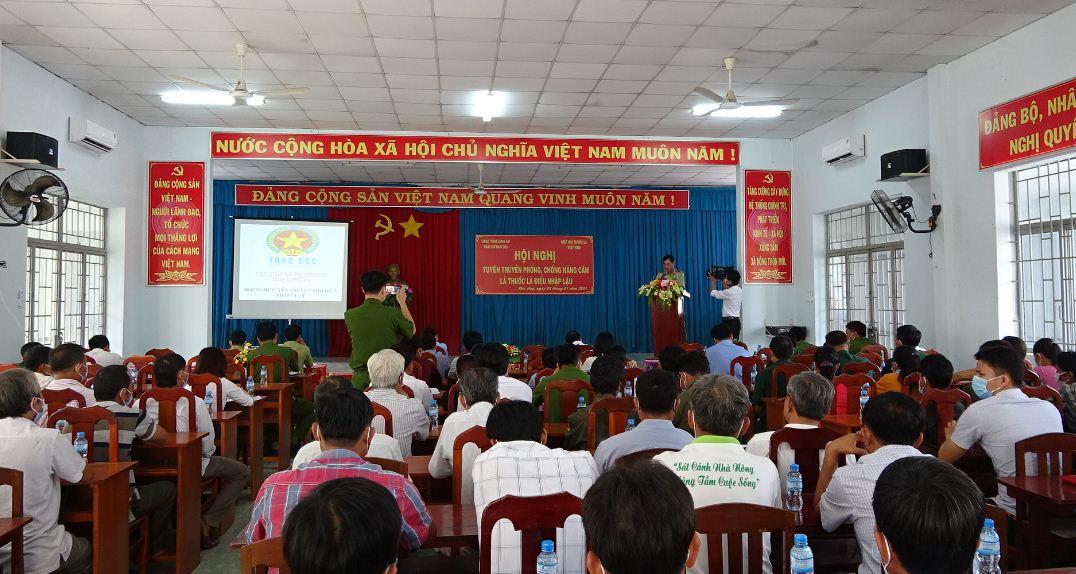 Long An, người dân xã biên giới Mỹ Quý Tây, huyện Đức Huệ tham dự hội nghị tuyên truyền về phòng, chống thuốc lá điếu nhập lậu