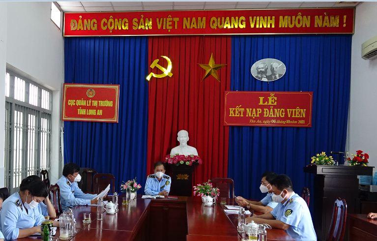 Chi bộ Văn phòng, Cục QLTT Long An tổ chức lễ kết nạp đảng viên