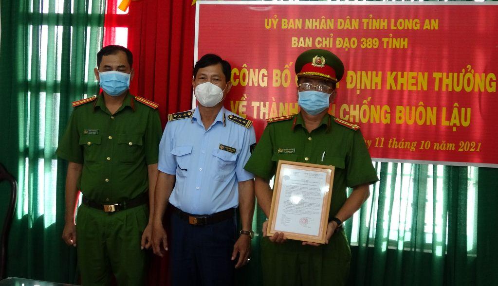 Long An, thưởng nóng vụ bắt giữ phương tiện vận chuyển trên 60.000 bao thuốc lá điếu nhập lậu