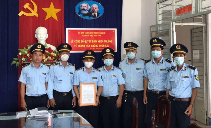 Khen thưởng vụ bắt giữ 02 đối tượng vận chuyển trên 15.000 bao thuốc lá điếu nhập lậu